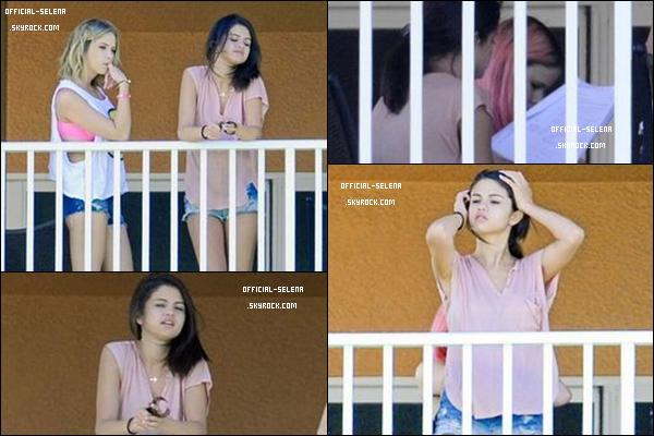 Vendredi 2 mars 2012 : Journée très chargée pour Sel ! Elle a été photographiée sur le balcon de son hôtel avec ses co-stars, St Petersburg, Floride.  Top ou Flop ? C'est un Top ! Elle change juste son short pour un jean à la fin de la journée.