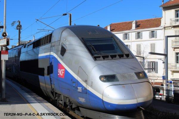 TGV en provenance de paris gare de lyon rentre voie 1 en gare de saint raphael valescure