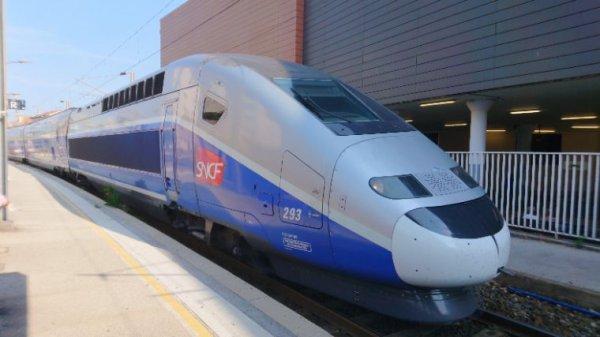 TGV 6805 en provenance de Lyon part dieu 10h10 pour Nice en gare de Saint Raphaël valescure