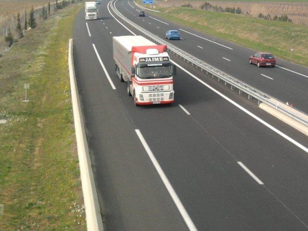 quelques camion sur l'autoroute