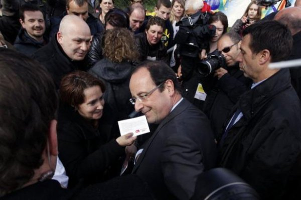 """Hollande veut donner """"confiance"""" à tous et raille Sarkozy, """"candidat du vrai chômage"""""""