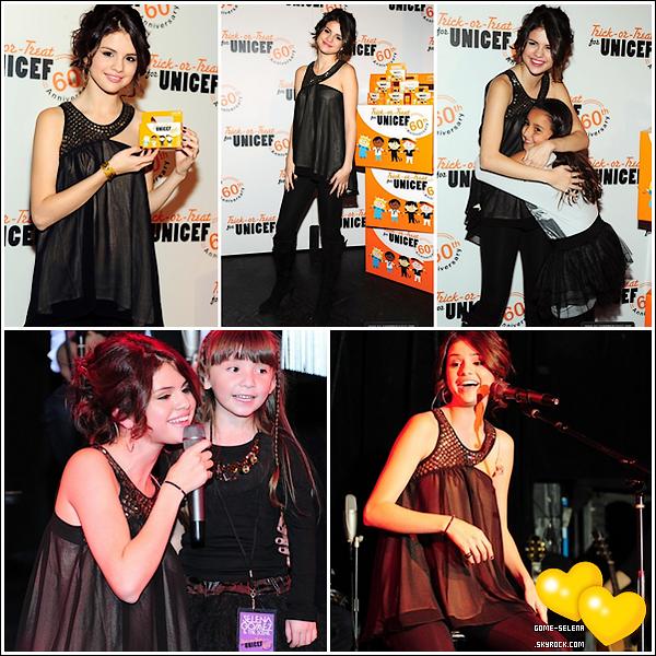 Finally, news, and a candid, I'll let you see ;)       26 octobre 2010 : Selena Gomez était présente à l'évenement « Trick or Treat » pour l'Unicef et notre belle Selly a ensuite donner un concert acoustique !
