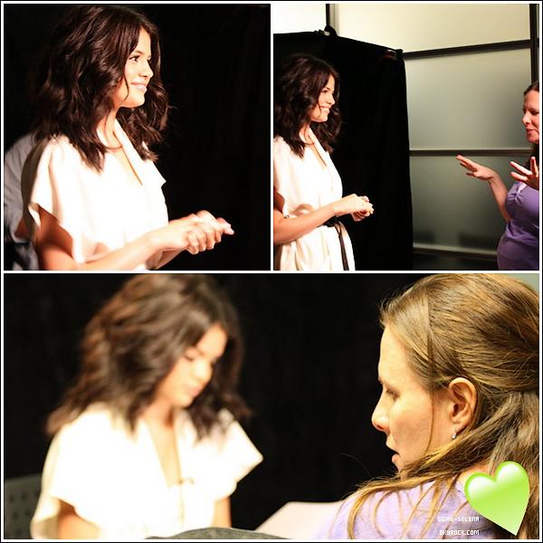 """Photos of Selena Gomez backstage at the introduction of """"CNN Heroes"""".         4/11/10 : Selena travaille en collaboration avec """"CNN Heroes"""" afin d'introduire l'un des Top 10 cette année."""