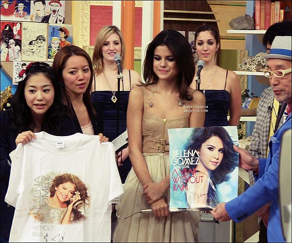 """Selena Gomez a postée sur son Facebook une photo dans le programme de télévision japonaise matin """"Sukkiri"""", qui s'est tenue hier, le 23 février à Tokyo au Japon."""