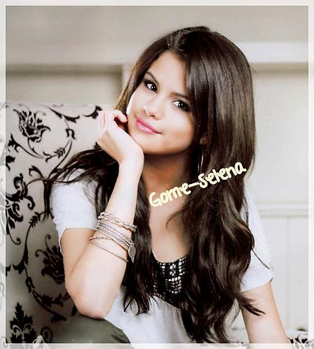 Dimanche 13 mars 2011 : Aperçue : Selena et son beau-père arrivant à l'aéroport LAX à Los Angeles.