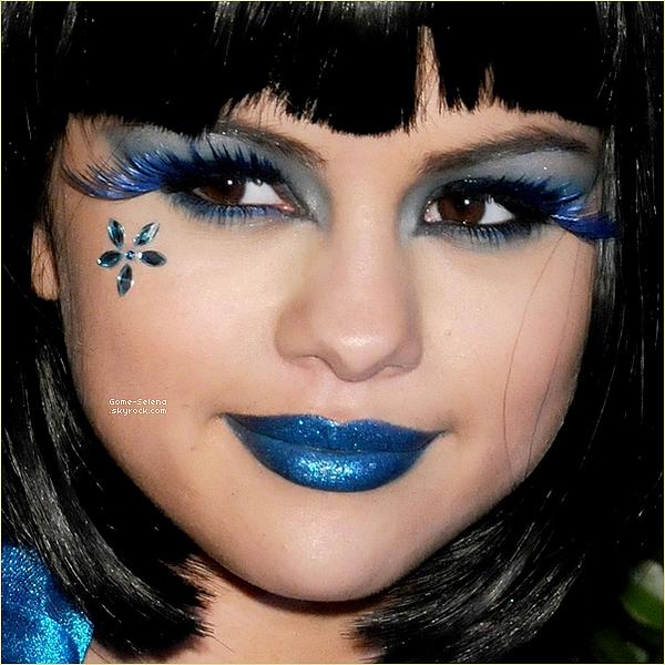 26 mars 2011 Aperçue : Dans la nuit du 26 au 27 mars 2011, c'est une Selena dans une tenue trèèès originale toute en bleu et d'une perruque assistant à l'anniversaire du célèbre blogueur Perez Hilton à Los Angeles___Vos avis ? ♥