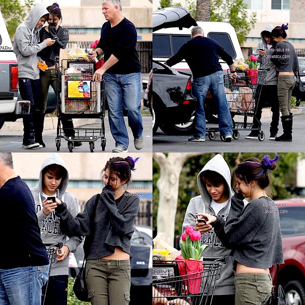 Candids    *14 Janvier 2012 : Les deux inséparables Justin Bieber & Selena Gomez -et ses horribles mèches bleues- ont étaient faire des courses dans un supermarché !