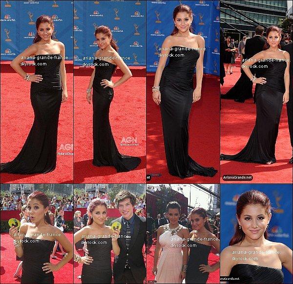 """Ariana était au """"62nd Primetime Emmy Awards"""" ce 28 aout 2010 où elle portait une très belle robe ! Elle a posé avec la belle Kim Kardashian & son ami Graham Phillips. Sa coupe reste toujours très simple (cette simplicité commence a se repeter souvent, je trouve). Tes avis ?"""
