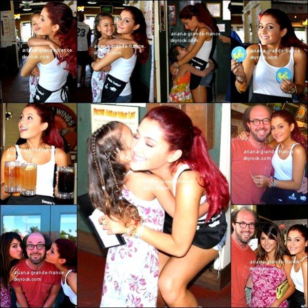 """La belle Ariana a vraiment un GRAND coeur ! En effet, le 26/09/2010, elle a passé sa journée a être une serveuse à """"Chili's"""" pour recolter de l'argent pour l'hôtipal 'St. Judes'. Dan Schneider, Daniella Monet, and Eric Lange étaient également présent avec elle, d'où les photos ensemble. Que penses-tu de ce geste ?"""