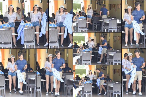 . 16/10/2018 - Miss Emma Watson et son nouveau boyfriend ont été aperçue se rendant dans un restaurant à Mexico.  C'est donc bel et bien fini avec Chord Overstreet la belle et avec Brandon Wallace, je n'aime pas trop la tenue et toi un bof pour moi ?!! .