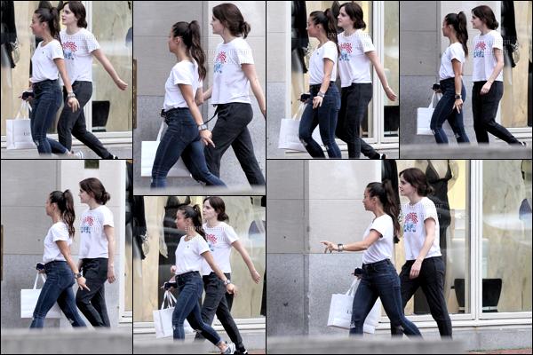 .07/10/018 - Emma Watson a été vue en train de faire du shopping dans le magazin La perla dans la ville de Boston.  Oui vous ne rêvez pas c'est bien Emma qui est en train de faire du shopping c'est très rare ! Enfin bref j'adore mais très peu de photo. ! .