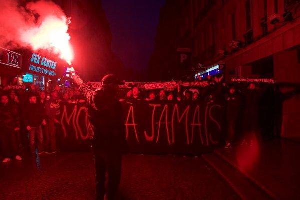 Les ultras du PSG rendent hommage à Momo