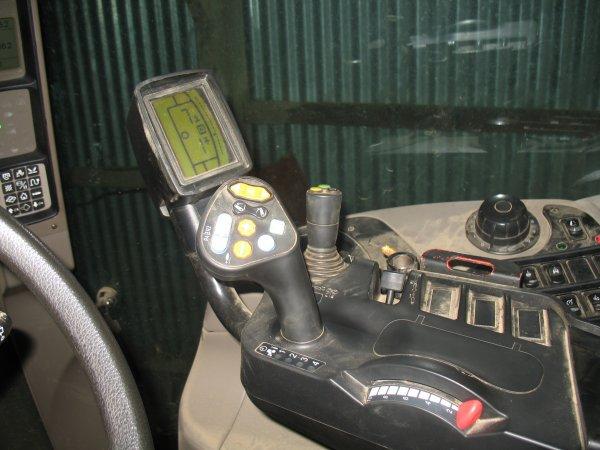 la cabine du puma 140 avec inversuer hydraulique et boite powershift le bonheur quoi lol