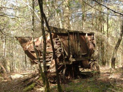 Trésors abandonnés des sous-bois, une  batteuse