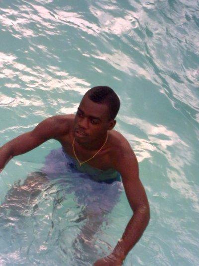 mw a la piscine de l'hotel president a yamoussoukro