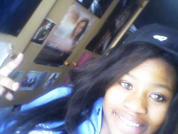 c moa en ce moment et sur cette photo c   mes vrai yeux et cheveu alors nai hesiter p aas a laisser des comm:)