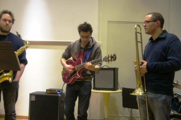 Un bon dimanche matin en musique à la médiathèque l'Odyssée de Lomme se termine souvent par un air de jazz : ici c'est le combo du professeur de jazz Jacinto Carbajal qui s'y colle