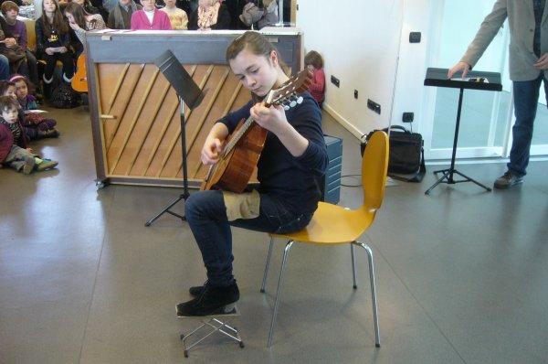 """Dimanche matin en musique à la médiathèque l'Odyssée de Lomme : """"avec ma guitare à la main, j'ai peur de rien"""""""