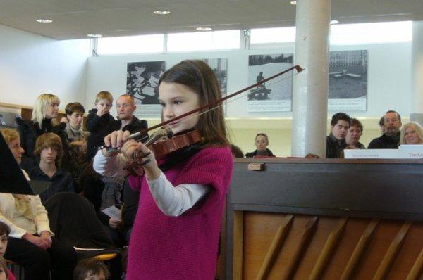 Dimanche matin en musique à la médiathèque l'Odyssée de Lomme avec les élèves de l'école municipale de musique de lomme : quand Emilie et Aëla sont au violon...