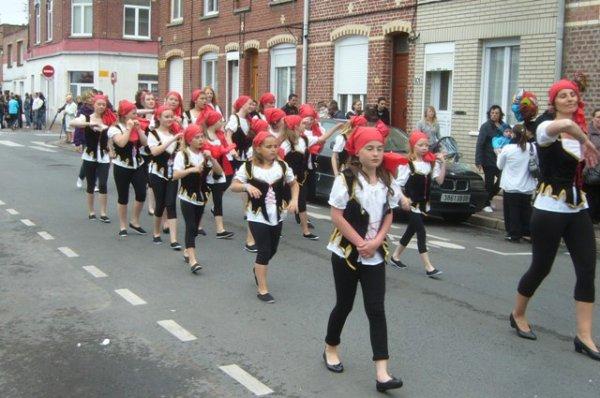 Carnaval d'été 2012 à Lomme : début du reportage photo avec la sécurité qui ouvre la voie (on ne remercie jamais assez leur dévouement)
