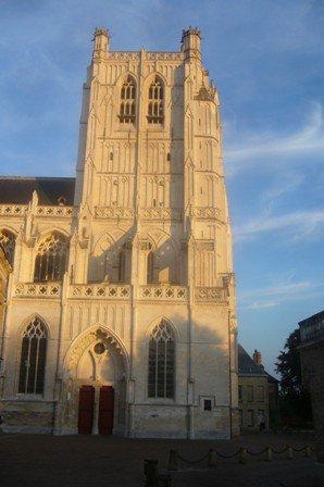 La tour de la cathédrale de Saint-Omer éclairée par le soleil couchant du mois d'août