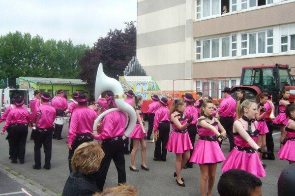 Carnaval d'été 2013 de Lomme : les majorettes et la batterie fanfare participent à l'inauguration du char du Marais