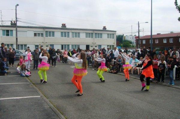 Carnaval d'été 2013 de Lomme : Innov Dance est venue fêter la naissance du char du quartier du Marais