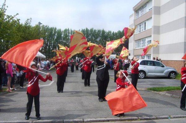 Carnaval d'été 2013 à Lomme : les porte-drapeaux du char du Marais sont venues d'Hazebrouck