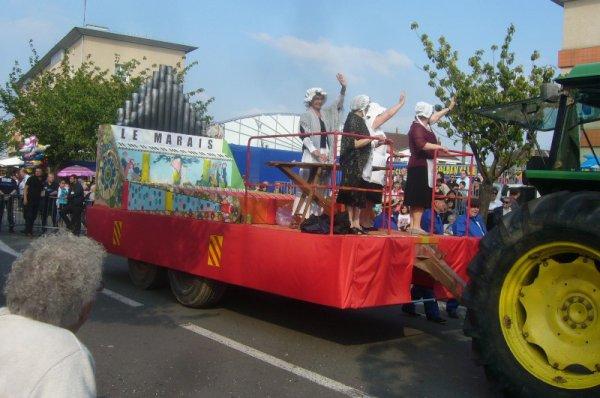 Carnaval d'été 2013 à Lomme : grand succès du char limonaire Jacquard du quartier du Marais.