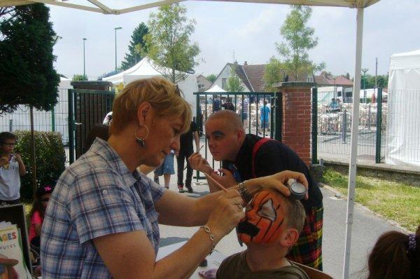 Fête de quartier de Lomme Délivrance : calme et concentration pour les peintres de la Renaissance artistique de Délivrance et l'atelier maquillage