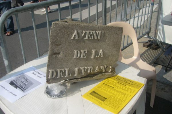Fête de quartier de Lomme Délivrance : LA STAR de l'après-midi, qui a attiré tous les regards, le dernier panneau indicateur de rues en béton et d'origine de la cité, un morceau du patrimoine historique de la Délivrance sauvé grâce au civisme d'un de ses habitants !