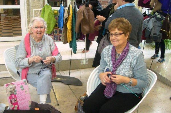 Les citoyennes tricoteuses de Lomme à la médiathèque l'Odyssée