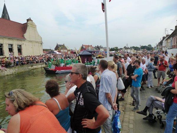 Le cortège nautique du Haut-Pont à Saint-Omer : un événement populaire dans un écrin architectural