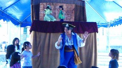 """""""Piratas"""" el la plaza de Panajachel"""