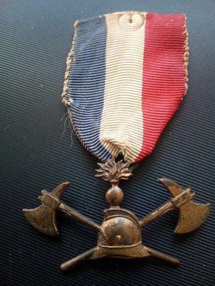 médaille , boutonnière de sapeur pompier