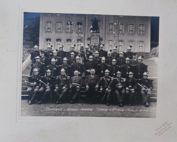 grande photo de la compagnie des sapeurs pompiers d'Ottange ( Moselle) en 1937