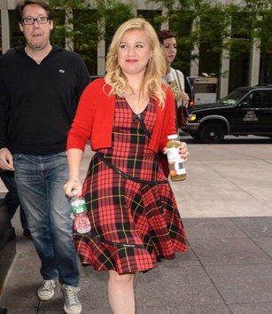 """Kelly Clarkson Talks bevorstehende Hochzeit , wobei eine Stiefmutter , und führt """" Tie It Up"""