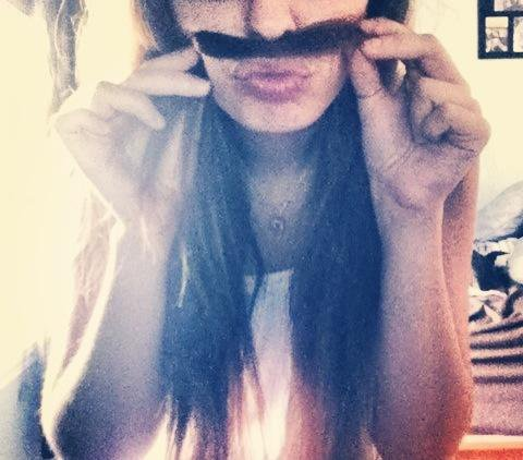 Moustache. Ouais.