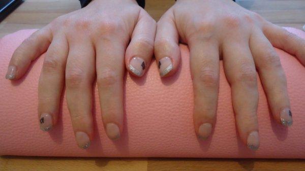 Gainage sur ongles naturel, méthode powder, french pailletée argenté et stickers sur ingrid!!