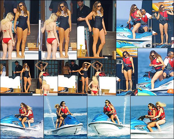 21/07/15: Le troisième jour, Nina a été vue sur un yacht et faisait aussi du jet ski avec ses copines à - St Tropez. Le maillot de bain de Nina est vraiment très beau, mais je trouve que c'est un peu charger le collier accroché dessus, pas très pratique pour bronzer..