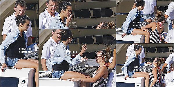 18/08/2014 : Nina Dobrev - au naturel - a été photographié sur son yatch sur l'île de Formentera - en Espagne. Nina était compagné de ses amis et de l'acteur Alexander Ludwig. Pas grand chose à dire sur ce candid, Nina est habillé normale et au naturel.