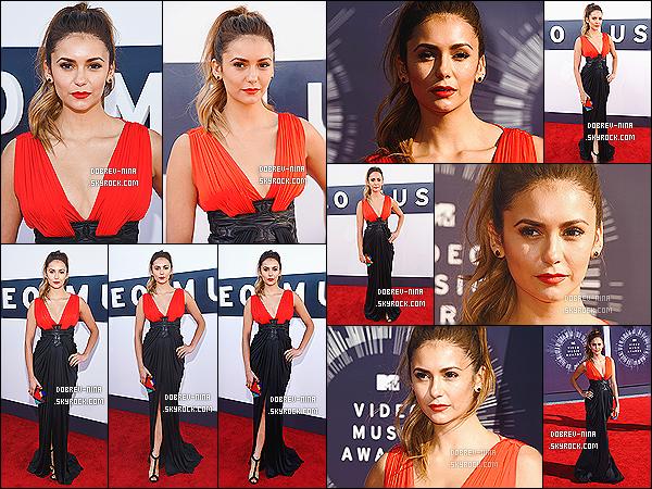 24/08/14: La belle Nina Dobrev était présente à la cérémonie des « MTV Video Music Awards » à Los Angeles. Nina portait cette magnifique robe rouge de chez Zuhair Murad. Elle lui va a ravir elle est tellement belle. Elle a remis un prix à la chanteuse Lorde
