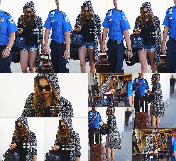 17/09/2014: Caché sous sa capuche, Nina D. a été photographié arrivant à l'aéroport de « LAX » à Los Angeles. Pour la tenue de Nina, je lui donne un bof, car c'est une tenue décontracté et je pense qu'elle sait pas fouler. Dommage qu'on voit pas son visage .