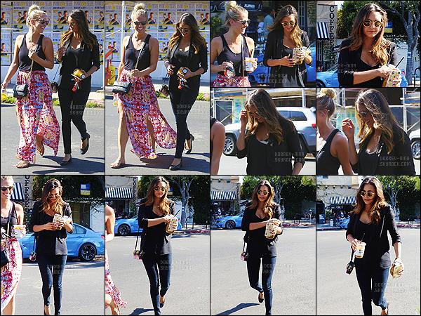 29/07/2015 : De retour, Nina a été aperçue quittant le Alfred Coffee & Kitchen avec Hillary à West Hollywood. La belle est de retour à Los Angeles pour de bon - je trouve sa tenue top même qu'elle est super noire mais j'adore ses lunettes, elles lui vont bien !