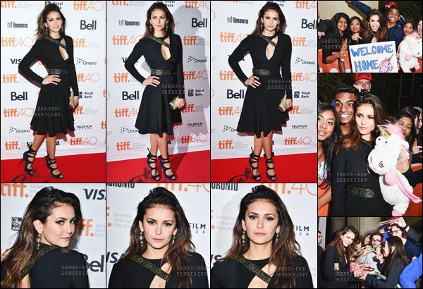 19/09/2015: Nina D. était à l'avant première de « The Final Girls » au Festival International de Toronto (Canada). Rien a dire sur sa tenue, qui est toujours la même que l'article précédent. J'adore la complicité qu'elle a avec ses co-stars du film. Donne-moi ton avis