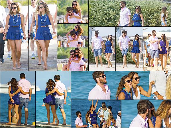 24/07/15: Nina Dobrev a été aperçue sur la plage de St Tropez puis sur le yacht avec son copain Austin Stowell. Austin est venu rejoindre Nina quelques jours, et vus les photos ont peut voir qu'ils sont bien ensembles. On vois Nina heureuse, je suis contente !
