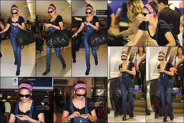 27/03/15 - La magnifique Nina Dobrev a été photographiée arrivant à l'aéroport de « LAX » situé à Los Angeles. J'ai envie de dire ENFIN un candid de la belle,j'attendais ça depuis pas mal de temps. N' est trop mimi avec son bandeau rouge et sa salopette, top.