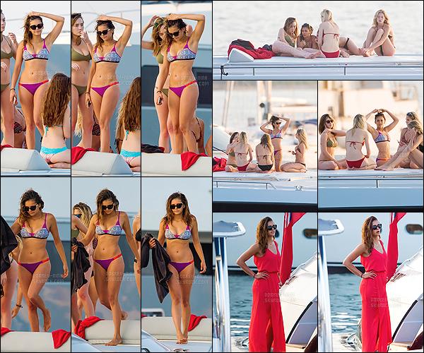 20/07/15 : Pour son deuxième jour, la belle Nina a été photographiée sur un yacht avec ses copines à St Tropez. Un gros top pour son maillot de bain puis je trouve que le corps de Nina est parfait même que certaines personnes disent qu'elle a grossi.Votre avis?