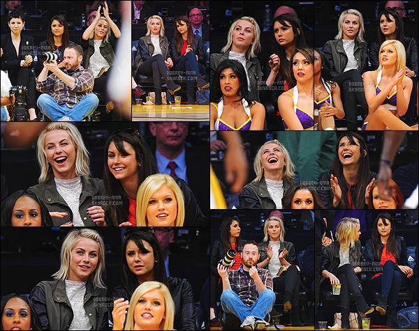 17/03/2013 - Nina Dobrev a été photographiée au match des Lakers avec Julianne Hough à Los Angeles. - (CA) Nina était accompagnée de sa fidèle amie Julianne H. Nina était vraiment très jolie - je l'aime vraiment les cheveux lisses - un top pour la tenue ..