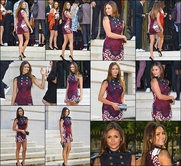 06/07/14 : La superbe Nina Dobrev était présente au défilé de la marque Versace pour la Fashion Week à Paris. La belle nous a fait un énorme top avec cette tenue, j'aime vraiment beaucoup le style de la robe de plus je trouve Nina superbe les cheveux lisses